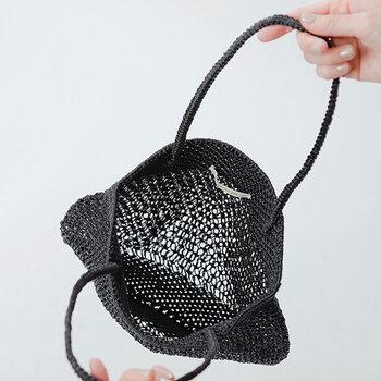 何本かの細紐や糸などを手で結び、幾何学的な模様をつくる「マクラメ編み」という技法でつくられています。ほどよい透け感とやわらかな素材で、夏のおしゃれ気分を盛り上げてくれそうです。