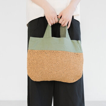 軽い紙素材のペーパーヤーンとナチュラルなリネンの質感が涼しげなトートバッグ。柔らかな太目幅のハンドルで持ちやすい。