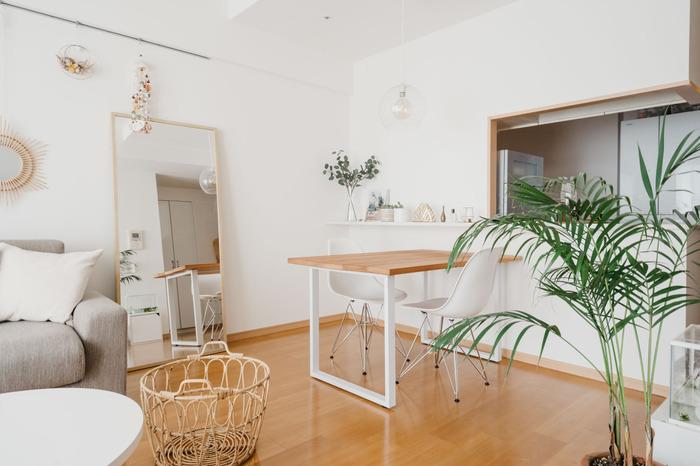 普段は2人で使っているダイニングテーブルは、来客時には4人掛けでも使えるように大きめにDIYしたもの。天板の色は床に合わせて選んだもので、お部屋の雰囲気にもピッタリ♪キッチンからは会話もしやすく、家事動線もスムーズですね。  キッチンに寄せてダイニングテーブルを配置することで、リビングスペースにゆとりが生まれます。