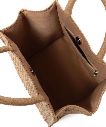 内部はポケット付き&布が張られているから安心感があります。カジュアルからキレイめまで幅広いスタイルに対応するから、ひとつは持っておくと何かと重宝しそうですね。