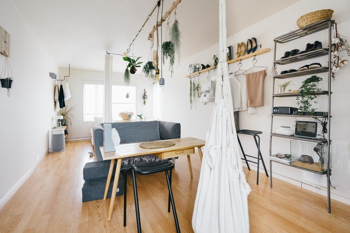 スッキリとした部屋も素敵ですが、寂しい印象になることも。 ダイニングテーブルを部屋の中央に置くことで、空間に適度なスペースがいくつも生まれ、部屋の調和をとることができます。  座面が高いソファーと合わせることで、シンプルで無駄のない空間になっています。天井や壁をうまく使ったインテリアの見せ方は、まるでお店のよう。