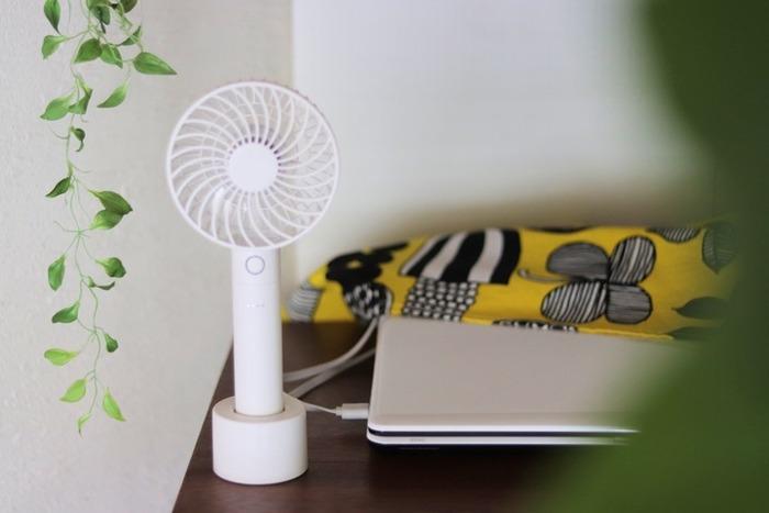 暑い季節、毎日使うものですから、デザインにもこだわりたいですよね。デスクの上に置いた時、気分が上がるようなおしゃれなものを選びましょう。シンプル派さんの定番・ホワイトは、どんなデスクにもマッチする万能カラー。デスク周りに多くある電子機器とも自然に馴染むはず。