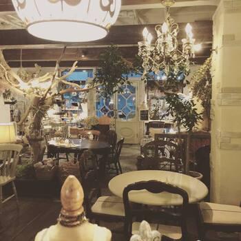 アンティーク調のインテリアで統一されたカフェ、「cafe Cherish (カフェ チェリッシュ)」。カフェの扉を開けた瞬間にまるで異世界に迷い込んだような感覚を味わえます。