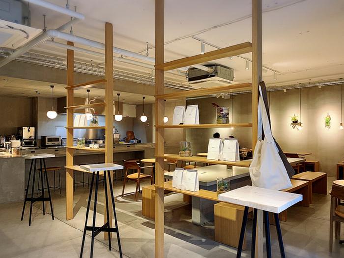 お一人様でもふらっと入店しやすい雰囲気のカフェ、「here」。コンクリートの壁や床に木のぬくもりが合わさり、居心地のいい雰囲気の店内となっています。