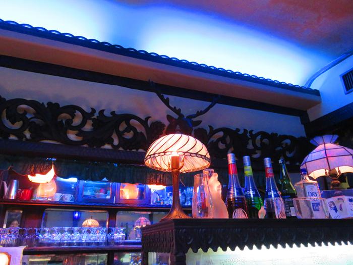 店内に足を踏み入れた途端、青い光であふれた幻想的な世界が広がる「喫茶 ソワレ」。レトロなインテリアも雰囲気を盛り上げてくれます。