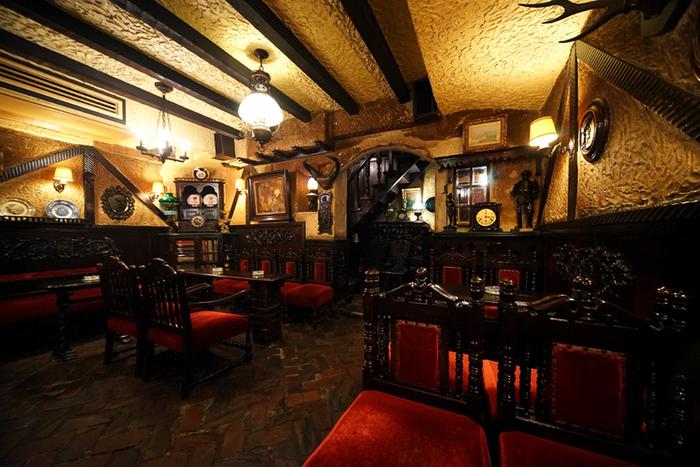 まさに純喫茶!なクラシカルな店内の「築地」。1934年創業の老舗喫茶店で、店内の隅から隅まで昭和レトロを思わせるインテリアで統一されています。純喫茶好きなら一度は訪れたいお店です。