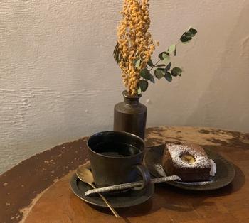 ドライフラワーに囲まれてゆっくりコーヒーとお菓子をいただくと、とっても贅沢な気分に。店内ではドライフラワーの販売も行っています。