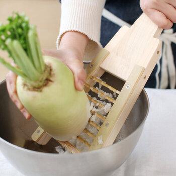 ギザギザの大きな刃は、素材を粗くおろせるので風味を損なうことなく、水分や食物繊維も逃げにくく空気をたっぷりと含んでいるので、食感がシャキシャキとしていながら、フワフワとした食感の両方を楽しめます。