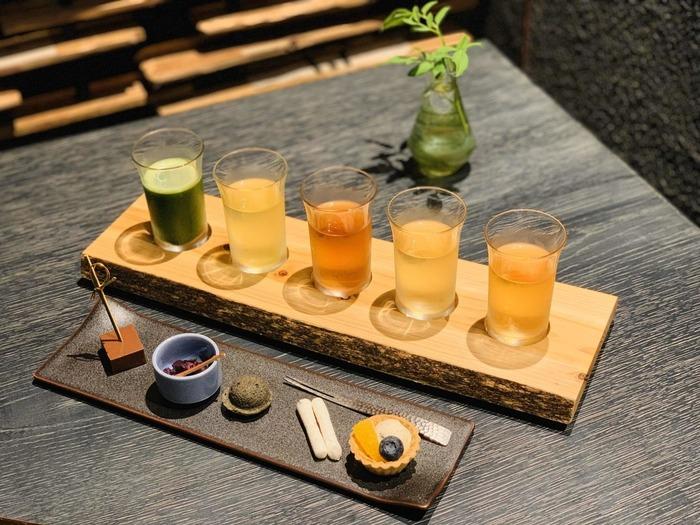 日本茶の飲み比べセットがあり、お茶マニアさんにも嬉しい。抹茶・煎茶・ほうじ茶・和烏龍茶・和紅茶の5種類のお茶と、和菓子のマリアージュを楽しめます。