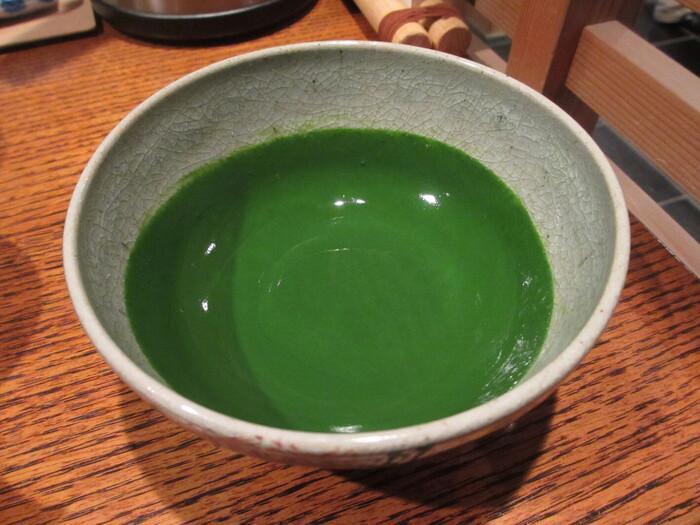 「一保堂茶舗 喫茶室 嘉木」は、お店の方に教えてもらいながらお茶を自分でいれることができる喫茶。茶葉の種類も豊富で、どれにするか迷ってしまいそう。日本茶専門店だからこそできる品揃えです。京都らしい体験も抹茶も楽しみたい方におすすめ♪