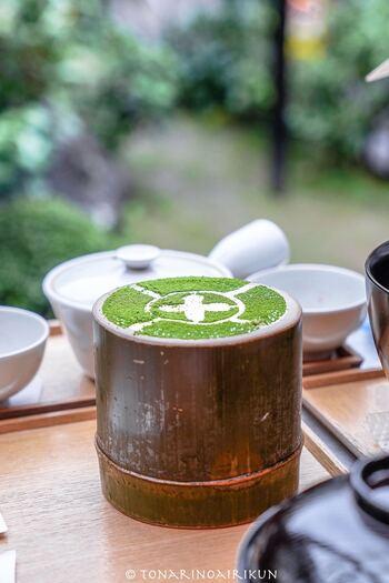 抹茶を使ったスイーツや料理が食べたい!という方には、「中村藤吉本店 宇治本店」がおすすめ。日本茶専門店が提供する本格的な抹茶料理をいただけます。写真のまるとパフェは、宇治本店だけの限定スイーツ。おしゃれな竹の器の中には、クリームからカステラ、生茶ゼリーに白玉など、様々なスイーツが入っていて、最後まで飽きません。