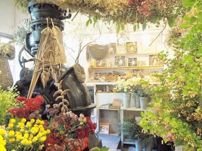 奈良と京都の県境、自然に囲まれたジブリのような小道を歩いた先にある「ヴェール・デ・グリ (VERT DE GRIS)」。お花屋さんと併設されたカフェで、店内にはお花がたくさん♪のどかな田舎の空気にぴったりのカントリーメルヘンな雰囲気を存分に楽しめます。