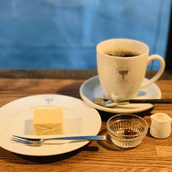こだわりのあるコーヒーは、キリっとした苦みが心地いい。チョコレートケーキやチーズケーキなどのスイーツも、濃厚でコーヒーとの相性抜群です。