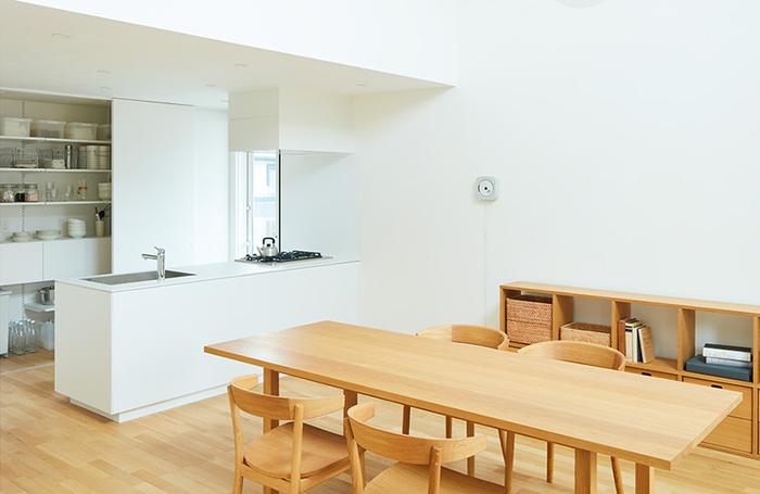 大きめサイズのダイニングテーブルをキッチン前に配置。来客時でも余裕を持って座ることができますね。無印の家ならではのシンプルなお部屋です。木製の床と家具でそろえたお部屋はスッキリとした印象。キッチンからも十分視線が行き渡るので、子どもがいるファミリーにもおすすめです。