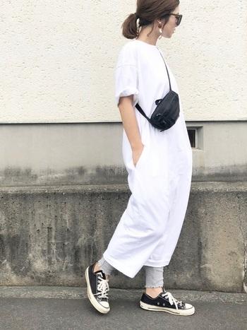 黒と白の2色でまとめるモノトーンコーデも素敵ですが、そこにライトグレーを加えると、こなれ感が出てひとつうえの着こなしに。黒を持ってくるより、まろやかで優し気な雰囲気になりますね。