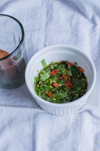タイ料理に欠かせないナンプラーは、日本の醤油のような感覚で使われているポピュラーな調味料。魚と塩を発酵させて作られたもので、独特な香りと豊かなコク、しっかりとした塩味が特徴的です。  クセの強い味わいですが、レモンやライムなどの柑橘系の果汁と合わせると食べやすくなりますよ。今回、紹介するレシピでも、この組み合わせはたくさん登場する、基本中の基本ともいえる調味料です。