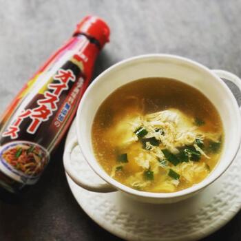 オイスターソースは、カキのうまみ成分が凝縮された調味料。 独特のコクととろりとした甘みで、料理に深みを出してくれます。主に中華料理の調味料として使われていますが、エスニックの料理にもぜひ使ってほしいアイテムです。お肉や茹で野菜のつけだれや、スープの味付け、下味など、おうちにあるとなにかと重宝しますよ。