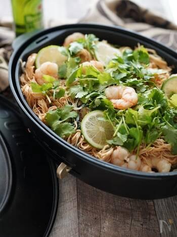 エスニック麺の定番人気のパッタイは、モチモチとしたライスヌードルを使いますが、そうめんでも味わうことができます。  オイスターソース×チリソース×ナンプラーという基本の調味料で奥深く甘じょっぱい味付けに。 シャキッとしたもやしとプリっとしたえびの食感にお箸がすすみます◎パクチーの代わりに、三つ葉や大葉でも美味しく仕上がるそう。