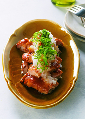 鶏もも肉と大根おろしの相性も◎。見た目はこってりして見えますが、梅肉とおろし、千切りの青じそでさっぱりいただけます。ご飯にもそうめんなどの麺類のおかずにも最適な、覚えておくと重宝しそうなレシピです。