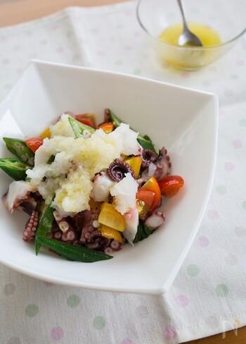 タコと夏野菜におろしで、食卓に季節の彩りを。ニンニク、オリーブオイルのドレッシングでいただく、洋風レシピですが、意外と和の大根おろしと良く合い、新たな美味しさを発見できそう。