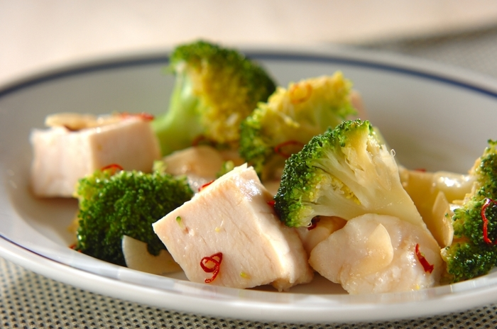 サラダチキンとブロッコリーのごろっと食感が楽しめるサラダです。ブロッコリーは冷凍したものを使えば、都度茹でる手間が省けて時短にも。中華風に味付けをする食欲そそる、食べ応えがある一品です。