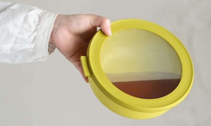 透明な蓋は中身が見やすく便利なだけではありません。汁物を入れてもきちんと蓋をすれば漏れません。アウトドアなど持ち運ぶ時にも安心です。