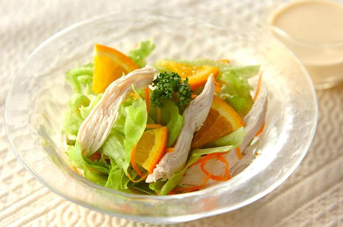 サラダチキンにオレンジを組み合わせた爽やかサラダです。野菜はスーパーやコンビニのカット野菜を活用すると、より手軽に作れます。見た目の彩りもよく、野菜もしっかり食べられるので栄養面でも重宝しそうなメニューです。