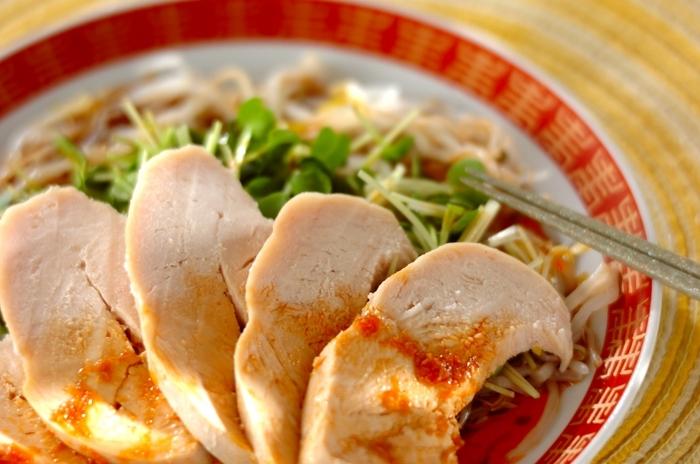 ピリ辛な味付けのよだれ鶏は暑い日であっても食欲がそそられます!副菜として食卓に並べたり、単体でおつまみにしてもよいので使えるシーンが広がります。辛いのが苦手な方はラー油の量を調節してみてくださいね。