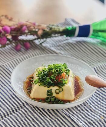 卵黄とねぎを豆腐にのせて、調味料を回しかけたシンプルでとっても簡単なメニューです!材料が少ないので、さっと用意ができます。シンプルながら味がしっかりしているので、ご飯のお供にもおすすめです。