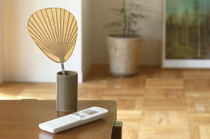 「仏扇」は幅15cm×高さ30cmとコンパクトなサイズ。場所を取らないので、テーブルなどに置いてすぐ使えるようにしておくと便利です。和服を着る時のお供にも◎