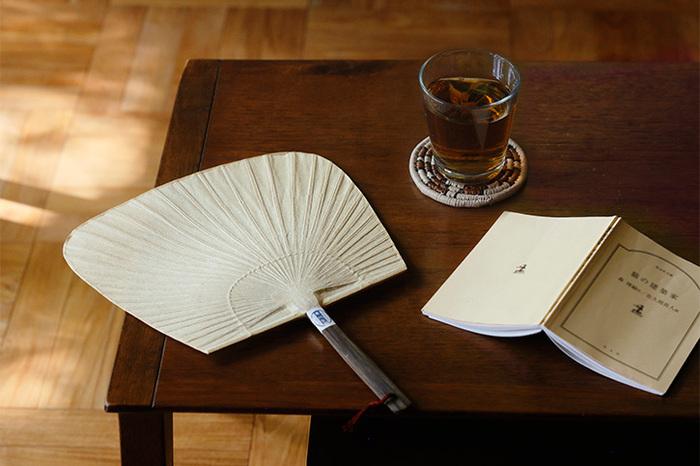幅が広く、四角い形の「仙扇」。他の2つとは違い、柄が太く黒い竹でできているのが特徴です。軽く扇ぐだけで風をたくさん浴びれますよ。