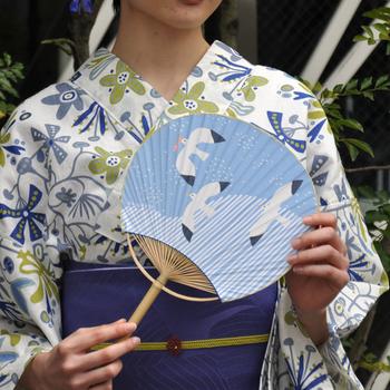 こちらは千葉県の伝統工芸「房州うちわ」。全て手作業で作られる房州うちわは、今では貴重な逸品となっています。青空の中をかもめが気持ち良さそうに飛んでいる、爽やかなデザインがgood!