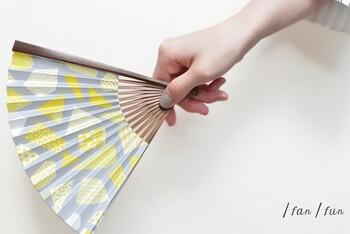 扇ぐことを楽しんでほしいという思いで作られた/fan/fanの扇子。扇ぐたびにカラフルな色が弾けて、目でも楽しめますね。写真はグレー地に黄色が鮮やかな「檸檬」。