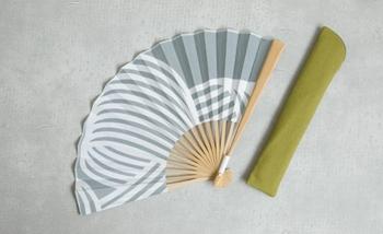綿ガーゼの浴衣地で作られた扇子。手作業で丁寧に染めた扇子は、落ち着いた色合いで大人な雰囲気を醸し出しています。