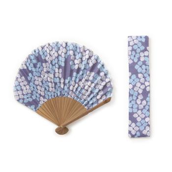 扇子といえば横長のイメージがありますが、こちらは丸みを帯びたホタテ形。大人可愛いデザインが魅力です。目にも涼やかなあじさい柄は、暑い夏にぴったり!