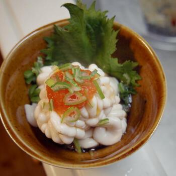 まだらの白子は、沸騰したお湯に料理酒を加え、ぷるんと霜降りにします。もみじおろしやあさつき、大葉をトッピングしたら完成!日本酒などによく合います。