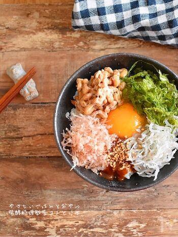 切る工程がまったくなく、具材をのせるだけで出来上がる卵かけご飯です。材料の醤油麹がない場合は、家にある醤油で代用できます。いろんな具材があるので見た目も華やか、食べても満足できるレシピです。