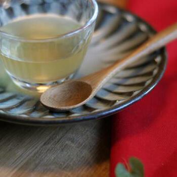 たっぷりの柚子果汁に、みりん、酒、昆布、かつお節などを使った出しの効いたポン酢。醤油を使わないので塩分控えめです。透明度が高いので、白和えなど料理の色を邪魔しません。