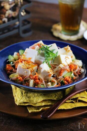シャケフレークを使った色味の良い丼です。薬味の用意が手間な場合は、スーパーなどで売られているカットされた薬味セットを使って盛り付けすればあっという間に完成します。豆腐があることで食べ応えも抜群です。