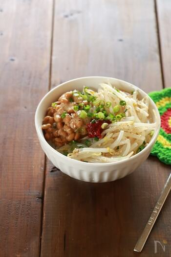 たまにはボリュームがあるものを食べたいときってありますよね。もやしは鍋で湯がかなくても大丈夫です。電子レンジを使って調理し、納豆は混ぜてご飯にのせるだけ。手軽にビビンバを楽しむことができます。