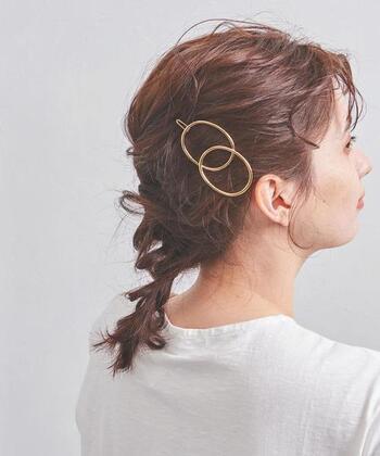 丸いモチーフが素敵なバレッタ。シーズン問わずお洒落に決まる万能なヘアアクセサリーでもあります。夏ならスッキリまとめ髪に添えてみるのはどうでしょう。