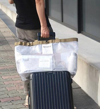 背面には、スーツケースにセットできるベルト付き 。旅行や出張時に折りたたんでスーツケースに入れておいて、必要なときに使えるようにしておくといいかもしれませんね。