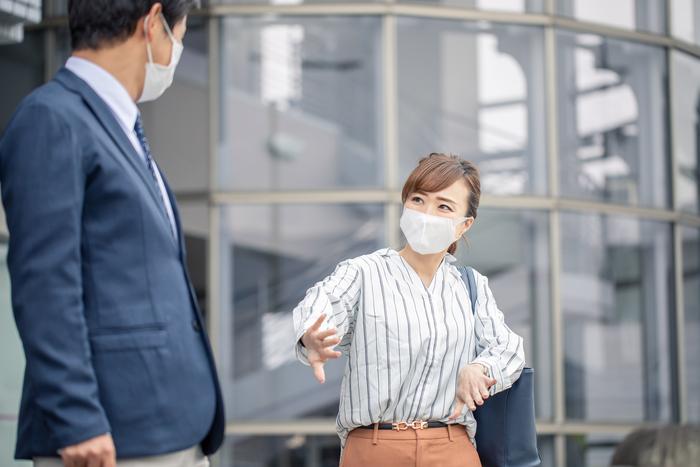 マスク着用時は言葉や相槌が相手に聞こえない場合も多いもの。  「私に話しかけているの?」「聞いてる??」という不安やトラブルを防止するためにも、コミュニケーションの基本とされている、視線を合わせる「アイコンタクト」をこれまで以上に意識しましょう。