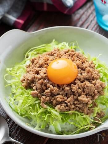 肉味噌は手が込んでいるように見えますが、電子レンジを使用するので手がかからずに作れます。卵黄を絡めるとさらに濃厚でご飯がどんどん進みます。肉味噌は余ったら常備菜として保存できるので、使い勝手が良いですよ。