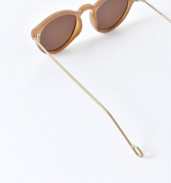 紫外線を防いで、おしゃれにも一役買ってくれるサングラスは夏の必須アイテム。  丸みを帯びたフレームデザインがあなたをチャーミングに演出してくれます。アンティーク感あふれるメタルテンプルが特徴的☆
