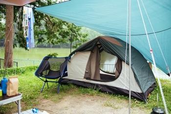 ソロキャンプで使うテントは1~2人用がベストサイズ。入り口付近にタープを張ると、雨よけや日よけになって快適です。購入したら一人で張る練習をしておくと安心ですよ。