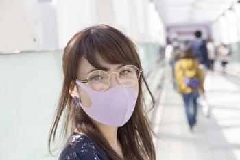マスクをした状態のおしゃべりが実際にどんなものなのか、気のおけない友達と話す際に、聞いてみるのもありですね。  あるいは、一度スマホなどで録音して、客観的に自分の声に耳を傾けてみてもよいでしょう。