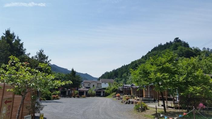インストラクターが常駐する里山のキャンプ場。25歳未満のグループキャンプは入場制限があるため、ファミリー層が中心で夜も安心です。電源付きのキャンプサイトや河原サイトがあります。