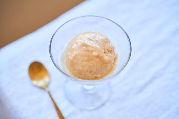 生の桃を使った、フレッシュなアイス。ミキサーで混ぜて作るからお手軽でちゃちゃっとつくれちゃいます。