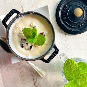 市販のバニラアイスクリームを利用して、フレッシュミントの爽やかな香りのアイスクリームを作ります。家庭菜園で増え広がちなミントの葉の消費にも◎。
